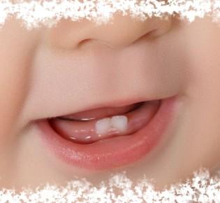 Первый зуб у ребенка — народные приметы и поверья
