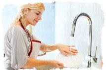 Мытье посуды в гостях — приметы о замужестве