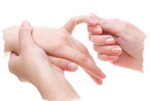 Родинка на мизинце левой руки — значение