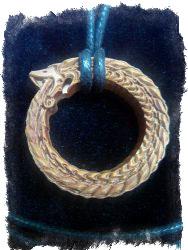 Символ Уроборос в качестве магического оберега